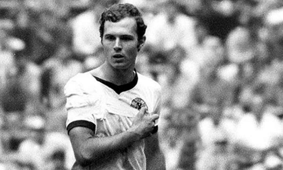 Franz Kaiser Beckenbauer, in campo col braccio rotto